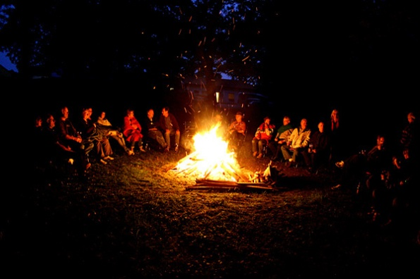 Gesellige_Runde_am_Lagerfeuer_595_396_95